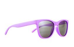 Violette Sonnenbrillen lokalisiert lizenzfreie stockfotos