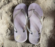 Violette strandpantoffels op zandig strand, de zomer Stock Fotografie