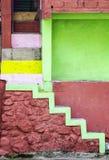 Violette Treppe und Wände schaffen einzigartiges Haus lizenzfreie stockfotografie