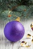 Violette Weihnachtskugel Lizenzfreie Stockfotografie