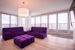 Violette zitkamer in woonkamer Royalty-vrije Stock Foto's