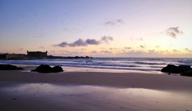 Violette zonsondergang over de Atlantische Oceaan stock foto