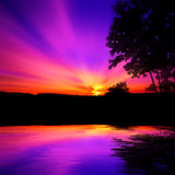 Violette zonsondergang over water Stock Afbeelding