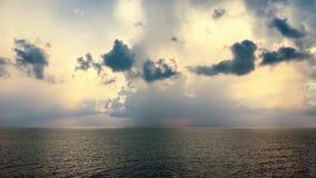 Violetter blauer bewölkter Himmel der klaren drastischen Ozeanhorizontskyline stock video footage