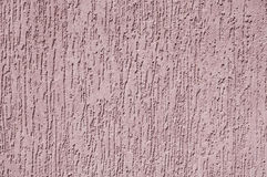 Violetter Entlastungsgips auf Wandnahaufnahme Stockfoto