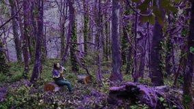 Violetter Märchenwaldzerbrechliches Mädchen steht auf einem Stumpf in einem dichten still, überwältigt mit Moos- und Sumpfwald in stock video