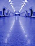 Violetter Untergrundbahnneoninnenraum, niemand, Stadt Stockfotos