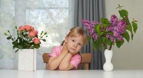 Violettes Blumenporträt des Frühlinges eines träumenden Mädchens lizenzfreie stockbilder