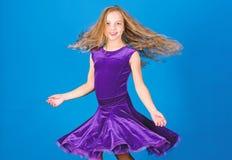 Violettes Kleid des Mädchenkinderabnutzungs-Samts Kindermodische kleidung schaut entzückend Ballsaal dancewear Modekonzept zickle lizenzfreie stockbilder