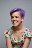 Violettes kurzhaariges Mädchen zuhause, lachend Stockfotos