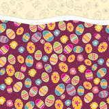 Violettes Muster mit bunten Ostereiern. Stockfotografie