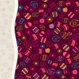 Violettes Muster mit bunten Ostereiern. Stockfoto