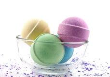 Violettes Salz und mehrfarbige Badkugeln Lizenzfreie Stockfotografie