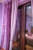 Violettes Schlafzimmer Stockfoto