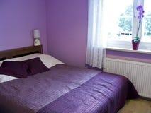Violettes Schlafzimmer Lizenzfreies Stockbild