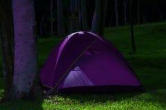Violettes Zelt lizenzfreie stockbilder