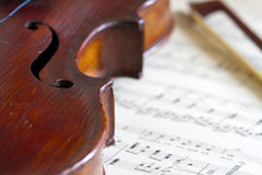 Violin and bow against music notes Royalty Free Stock Images