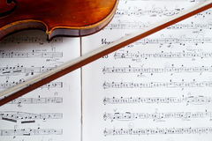Violin and bow on music score Royalty Free Stock Photography