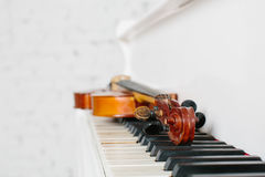 The violin and keyboard of white piano Royalty Free Stock Photo