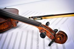 Violin lying at an angle on the notes Royalty Free Stock Images