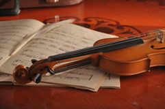 Violin and notes on the table Royalty Free Stock Photography