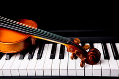 Violin on the piano Royalty Free Stock Images