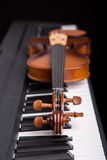 Violin on the piano Royalty Free Stock Photos