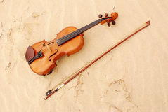 Violin in sand Royalty Free Stock Photography