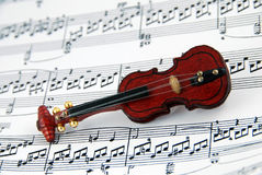 Violin on sheet music Stock Photos