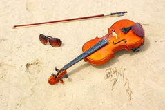Violin and sunglasses Stock Photography