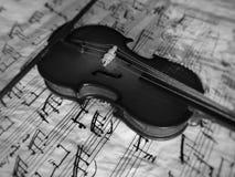 Violine被串起的乐器 库存照片