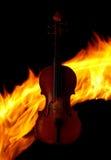 Violine über Feuerhintergrund Stockfoto