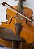Violine auf Anmerkungen Stockfotos
