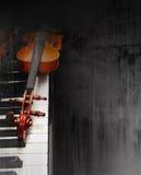 Violine auf dem Klavier Stockbild