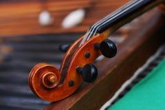 Violine auf einem cimbalom. Stockfoto