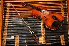 Violine auf einem cimbalom Stockbild