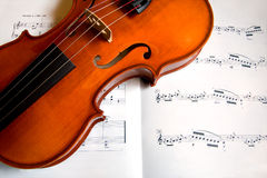 Violine auf einem Musik-Blatt Stockfotografie
