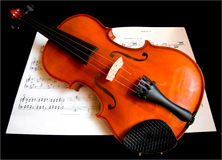Violine auf einem Musik-Blatt Stockbild