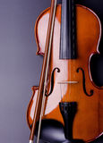 Violine auf einem schwarzen Hintergrund Stockbild