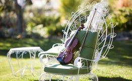 Violine auf einem Stuhl Stockfotos