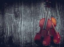 Violine auf grauem hölzernem Hintergrund Mit Raum für Textschreiben Stockbilder