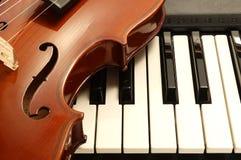 Violine auf Klavier Stockfoto