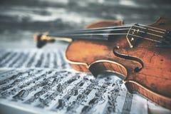 Violine auf Musik-Blättern stockbilder