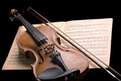 Violine auf Musikblatt Stockbild