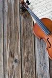 Violine auf Musikpapier Stockfotografie