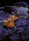Violine auf purpurrotem Samt Stockbilder