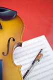 Violine auf Rot Stockfoto