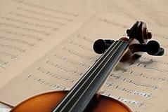 Violine auf Sepiamusikpapier lizenzfreie stockbilder