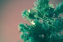Violine auf Weihnachtsbaum Stockbild