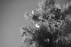 Violine auf Weihnachtsbaumschwarzweiss-Farbtonart Lizenzfreie Stockbilder